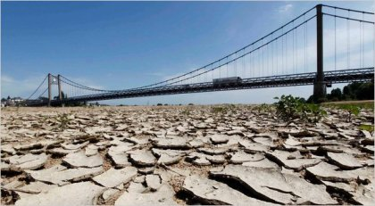Loire River near Ancenis, France, during a drought (copyright Stephane Mahe/Reuters).